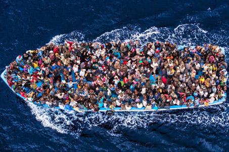 Inmigrantes en un bote, en las cercanías de Lampedusa. (Fotografía: Reuters)